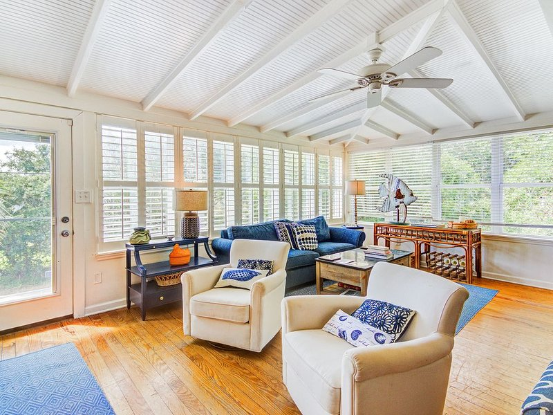 Classic home one block from the beach w/ private crabbing dock!, alquiler vacacional en Folly Beach