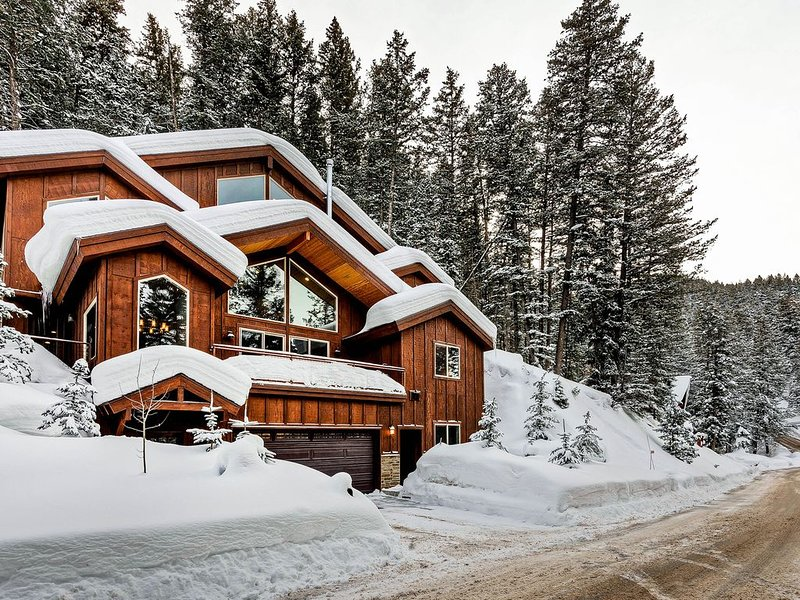 New listing! Spacious home w/ new furnishings, wood-burning fireplace & more!, location de vacances à Henefer