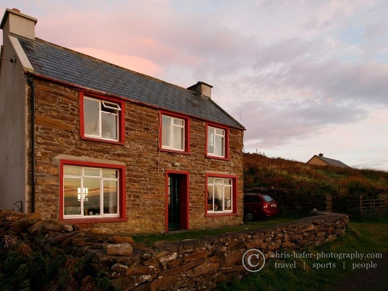 Brandon Bay Cottages, Stone Farmhouse - 4 bedroom, holiday rental in Cloghane