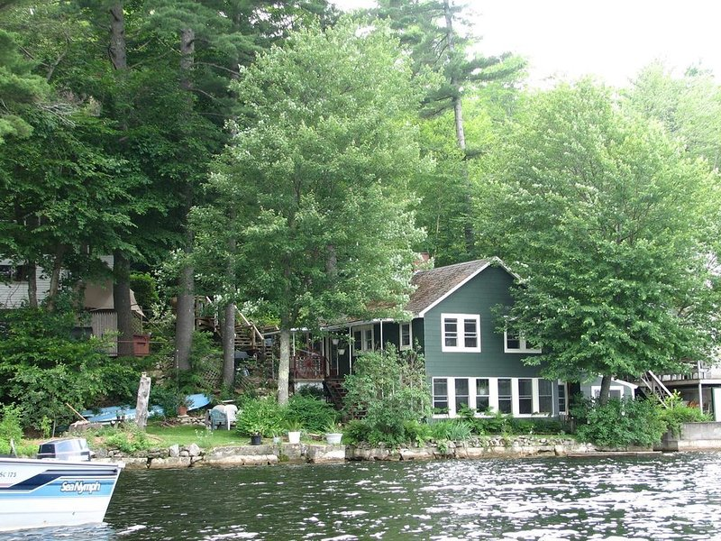 Charming Waterfront Cottage on Pristine Great East Lake, aluguéis de temporada em Lebanon