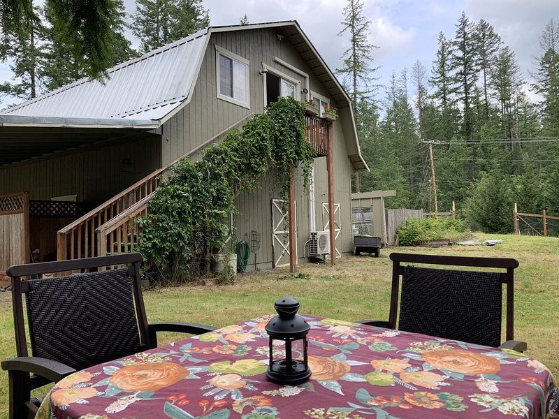 Country get away near Seattle.  An open Loft atop a real barn. Private settings., holiday rental in Covington