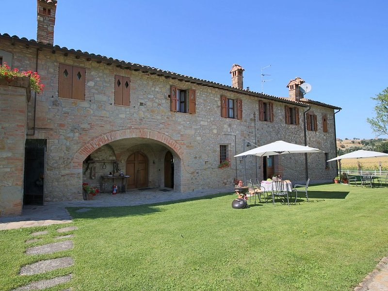 Alluring Mansion in Todi PG with Swimming Pool, holiday rental in Fratta Todina