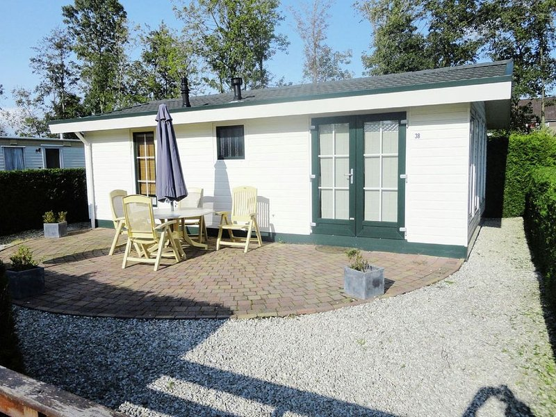 Nice chalet with microwave, near the Wadden Sea, alquiler vacacional en Bitgummole