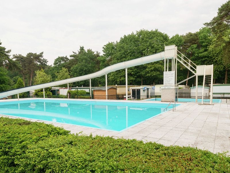 Holiday Home by the forest in Ommen with Pool, casa vacanza a Beerze