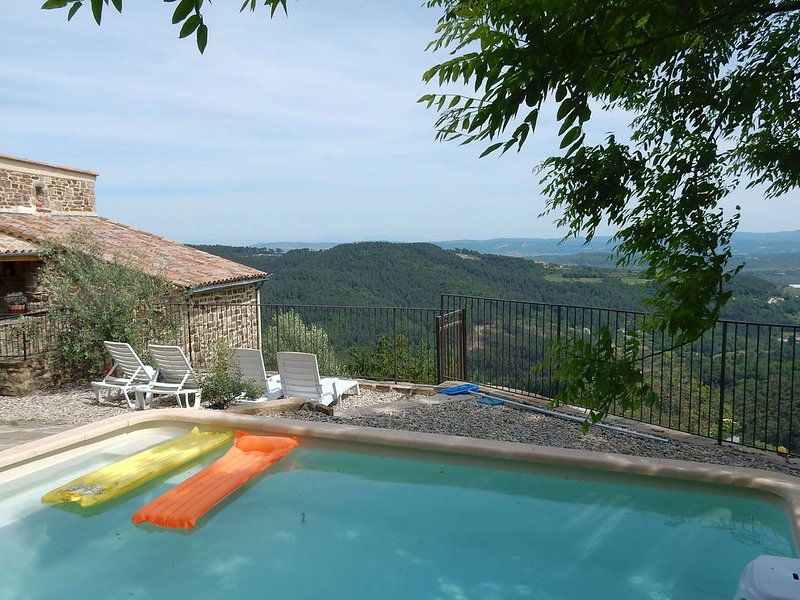 Beautiful house made of natural stone, with swimming pool and very nice view, location de vacances à Ardèche