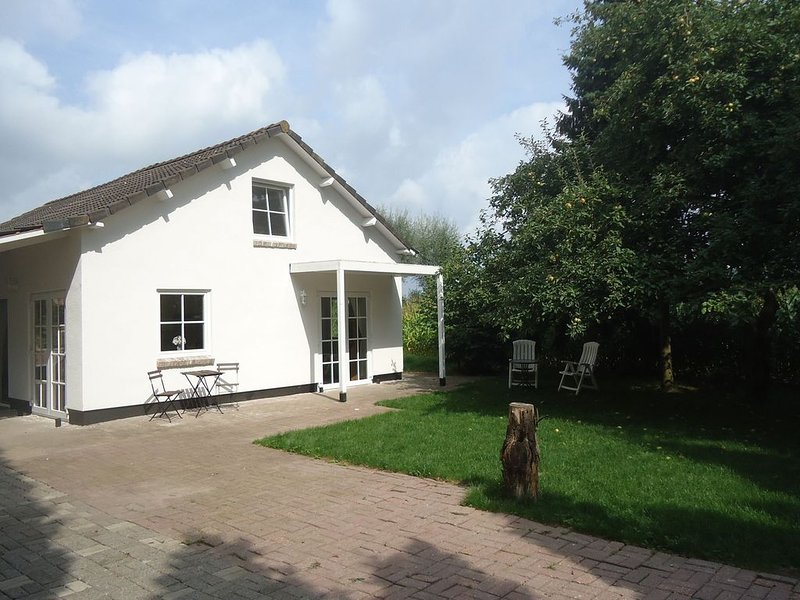 Cozy Holiday Home in Spijk with Meadow View, Ferienwohnung in Spijk