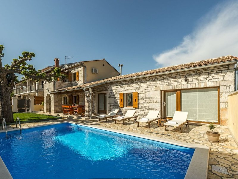 Beautiful holiday home with private pool 5 km away from Lim Fjord, alquiler de vacaciones en Sveti Lovrec