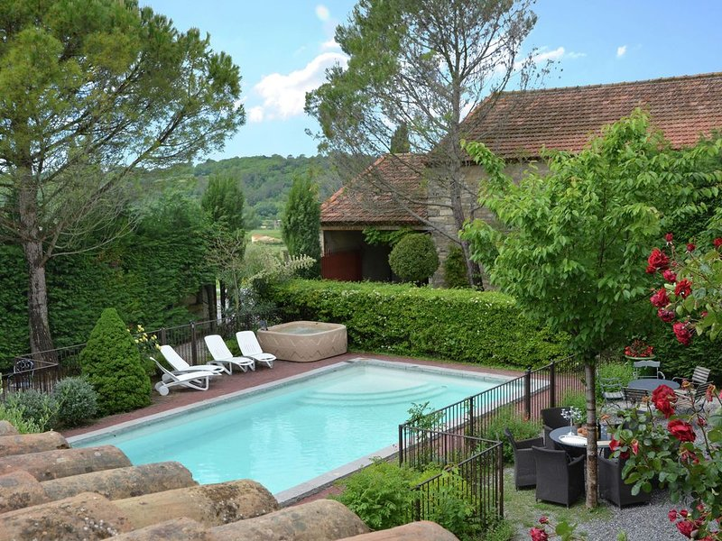 Luxurious Villa in Moussac with Swimming Pool, location de vacances à Vèzenobres