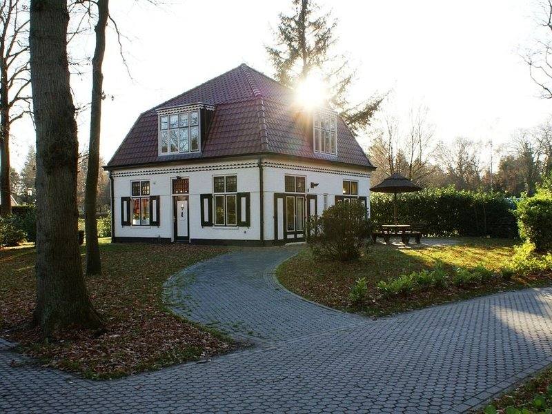 Characteristic house with a garden, surrounded by forest, holiday rental in Wanneperveen