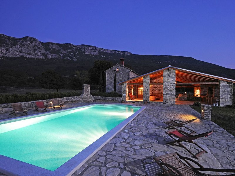 Picturesque Mansion in Kožljak with Private Swimming Pool, location de vacances à Vozilici