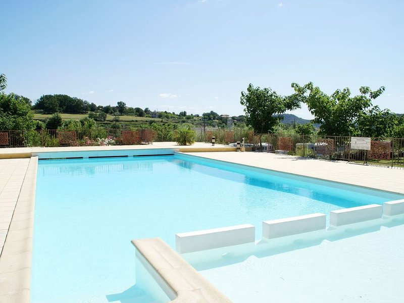 Wonderful holiday home with magnificent views and shared swimming pool, vacation rental in Les Vans