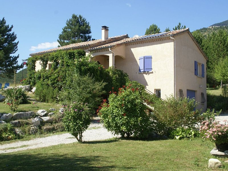 Great detached house near Die (8 km) with magnificent view and beautiful garden, vakantiewoning in Luc-en-Diois