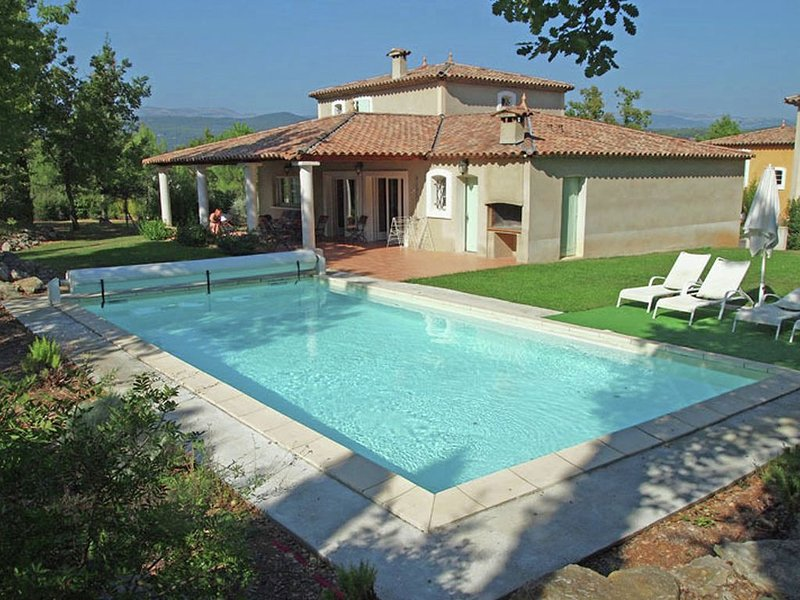 Stylish villa with private pool, charging station and air conditioning in holida, holiday rental in Fayence