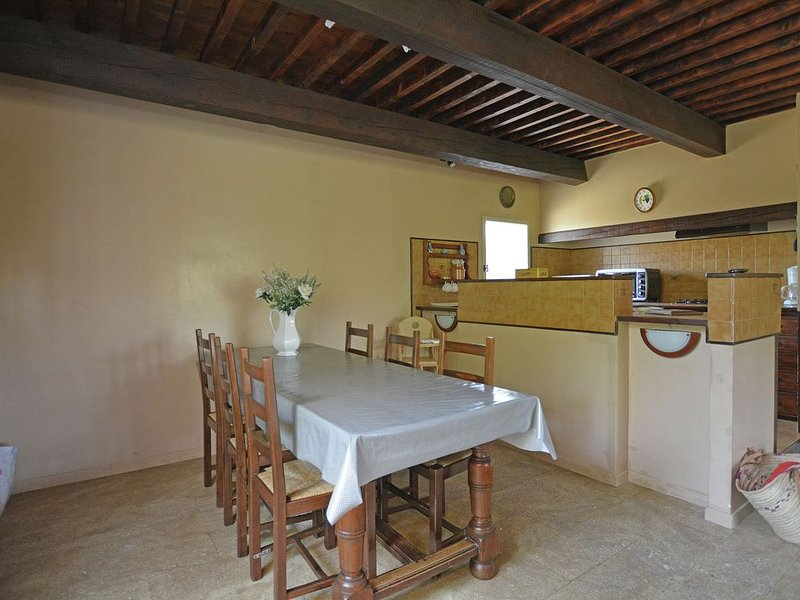 Cozy Villa in Flaux with Swimming Pool, holiday rental in Valliguieres