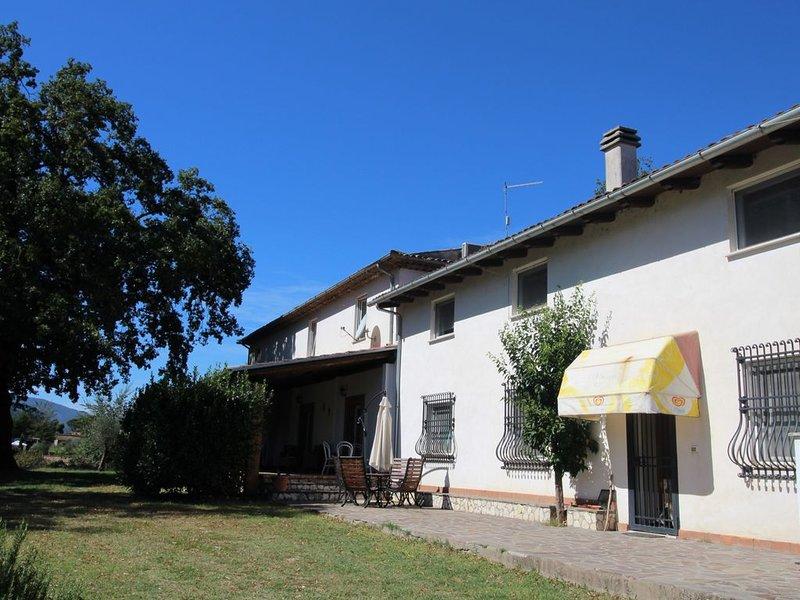 Appartamento grande con piscina in comune, locato in parco naturale, Roma 100 km, holiday rental in Vallecorsa