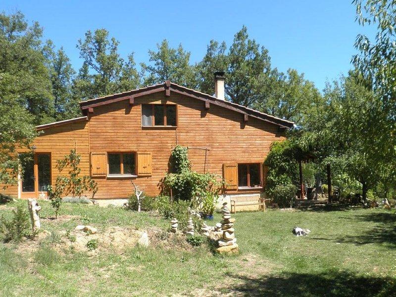Lieu de ressourcement en nature avec vue magnifique sur le Pech de Bugarach, vacation rental in Serres