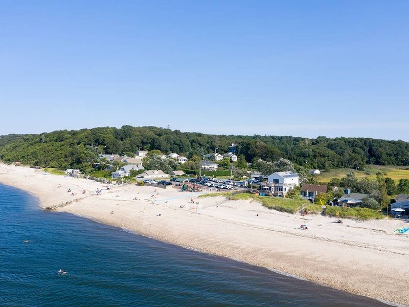 North Fork Beach House steps to beach Farm Stands, Kayaks, avail all season, holiday rental in Middle Island