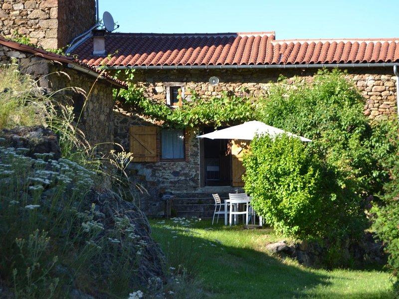 Quaint Holiday Home in Villeneuve-d'Allier with Terrace, location de vacances à Couteuges