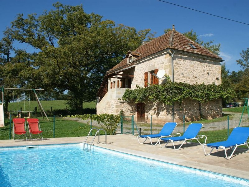 Lovely holiday home in stunning location, private pool and 6 mountain bikes, holiday rental in Le Bourg