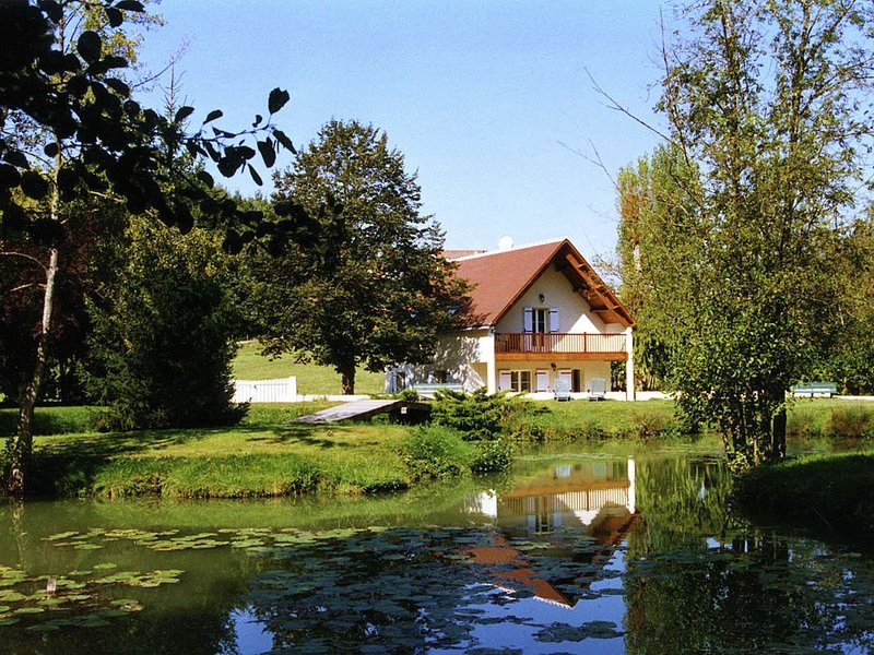 Quaint Holiday Home in Faverolles with Pool and Pond, location de vacances à Berry