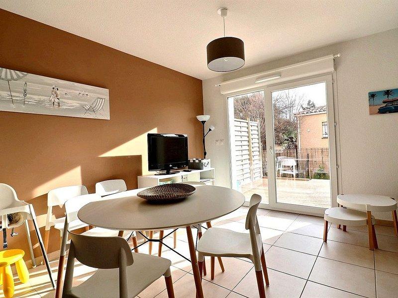 Belle villa dans une résidence sécurisée avec piscine chauffée. V17, holiday rental in Serignan