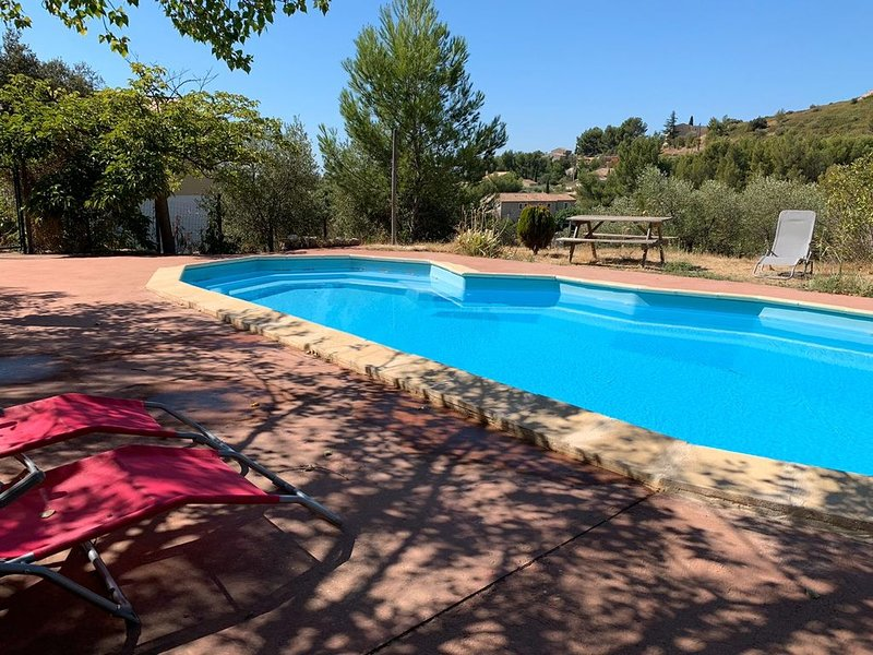 Aramon villa magnifique  jusqu à 23 personnes nature calme et piscine, vacation rental in Aramon