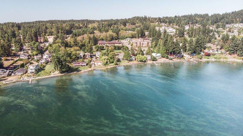 Big Beachfront Home. Walk to Ferry or Town, Kayak, Crab, Relax, location de vacances à Suquamish