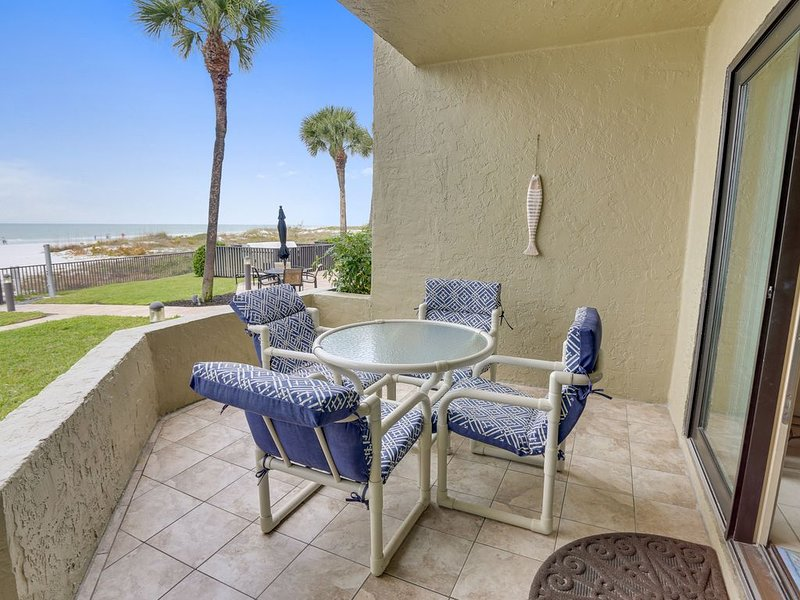 The Shores 101 Beautiful UPDATES / NEXT TO POOL / Direct Beach Access!!, holiday rental in Redington Shores