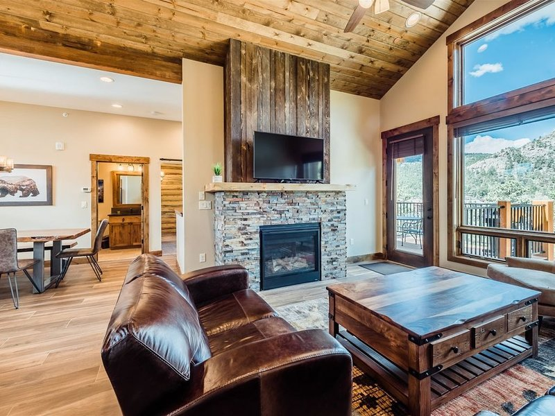 Continental Divide Views From This Luxury Townhome with Grill and Balcony, vacation rental in Estes Park