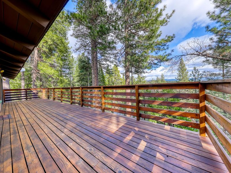 Mountain home with forest views, shared pool access, close to lakes & hiking, casa vacanza a Camp Connell