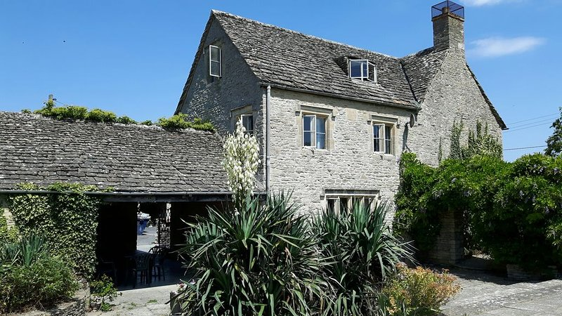 Beautiful Cotswolds Farm House with period features and a stunning garden., location de vacances à Clanfield