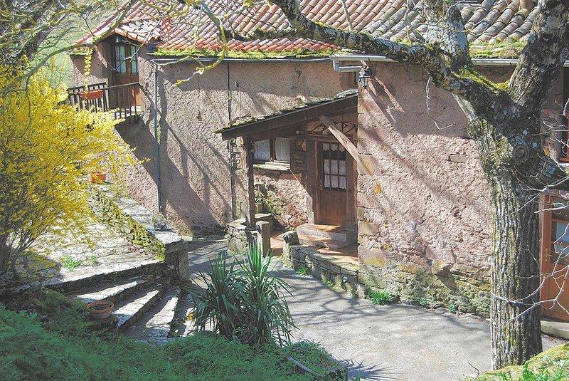 La Maison au Potager se situe dans un petit hameau dans la vallée du Rance, holiday rental in Verrieres