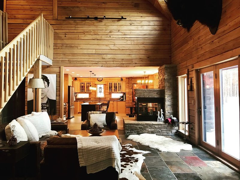 Hidden Lake Log Home, holiday rental in Willernie