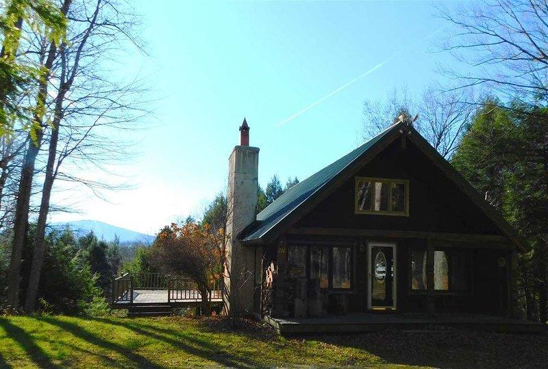 10 min from Stratton! Log Cabin w/ Beautiful Views, casa vacanza a Grafton