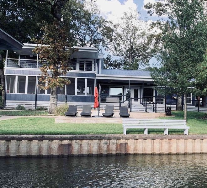 Sunsets on the Lake are Just Better at this Stately Lakefront Home, holiday rental in Eustace