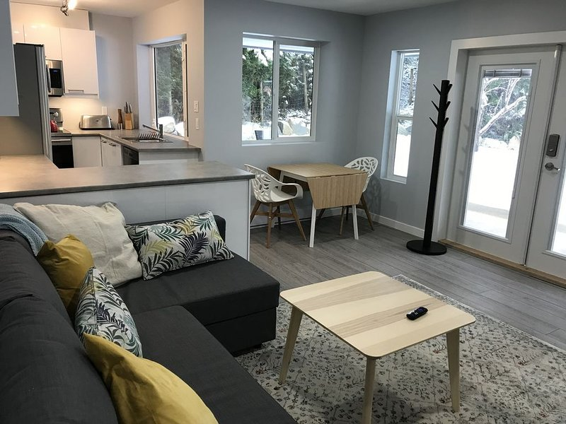 NEWLY RENOVATED GROUND LEVEL SUITE, vakantiewoning in Port Coquitlam