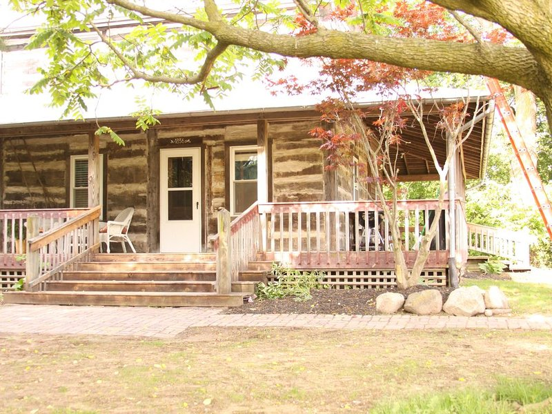Beautiful and Historic Log Cabin for family or couple getaway - huge hot tub!!, alquiler vacacional en Middlebury