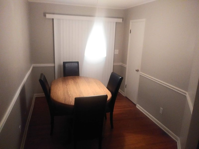 2 Bedroom 1BA and New Kitchen and Single Car Attached Garage, aluguéis de temporada em Olathe