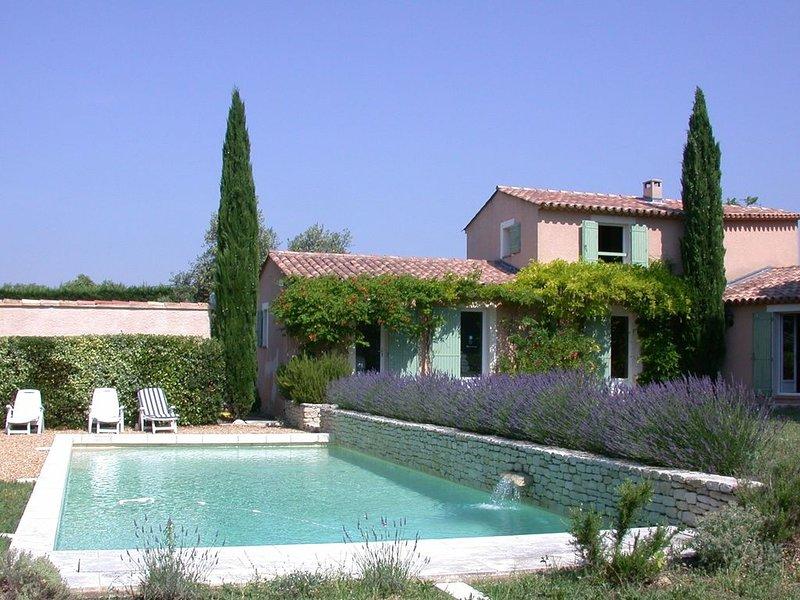 Ensemble de 2 maisons 10+4 pers sur un terain de 8 000m2 avec piscine chauffée, aluguéis de temporada em Saint-Saturnin-les-Apt