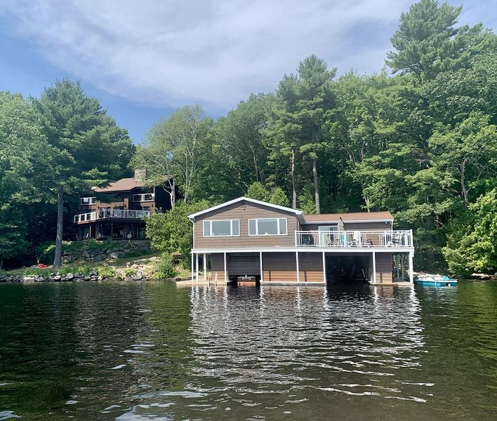 Paradise on Lake Muskoka – Cottage & Boathouse Perfect for Large Groups, holiday rental in Big Chute