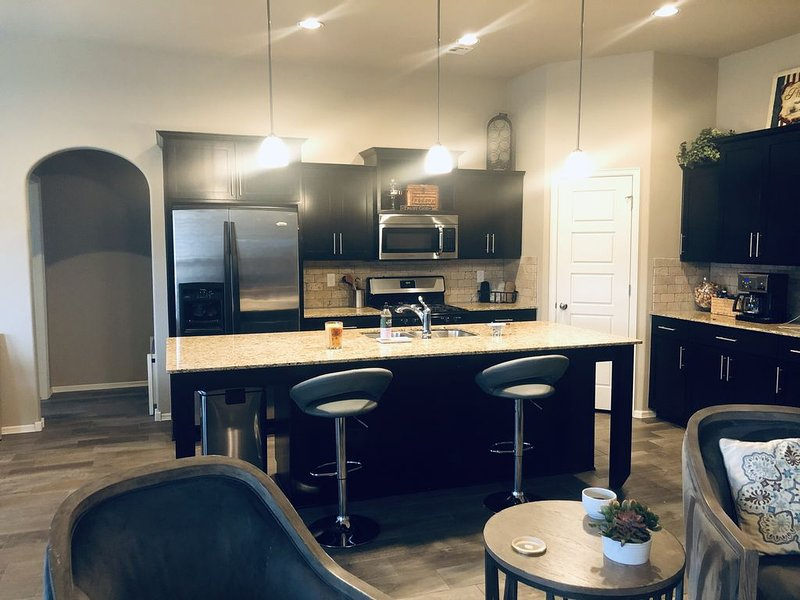 Work or staycation, Great location, peaceful, chic and cozy, Newer home!, holiday rental in Broken Arrow