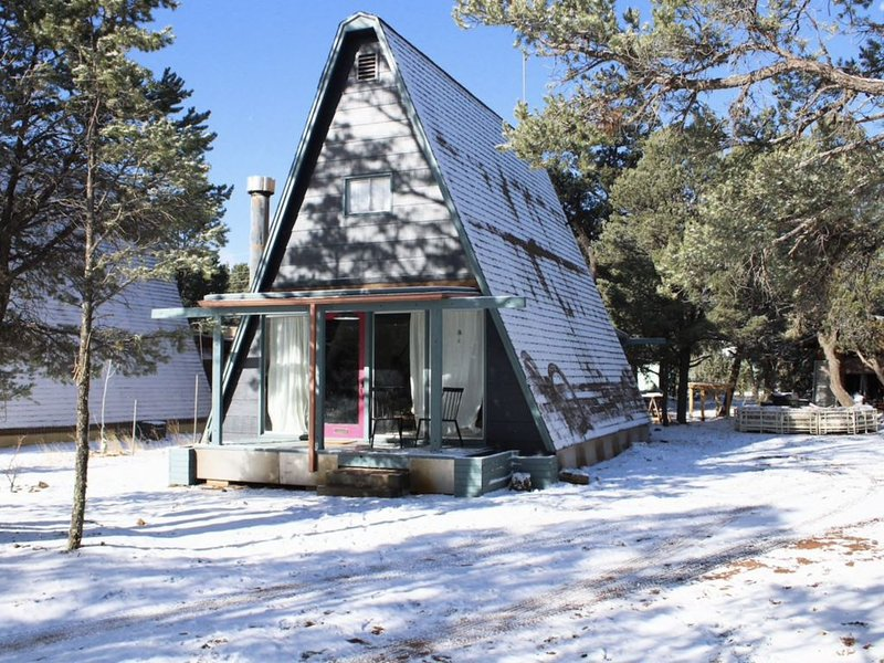 Retro-Modern A-Frame Mountain Getaway Sleeps 6, holiday rental in Forest Lakes