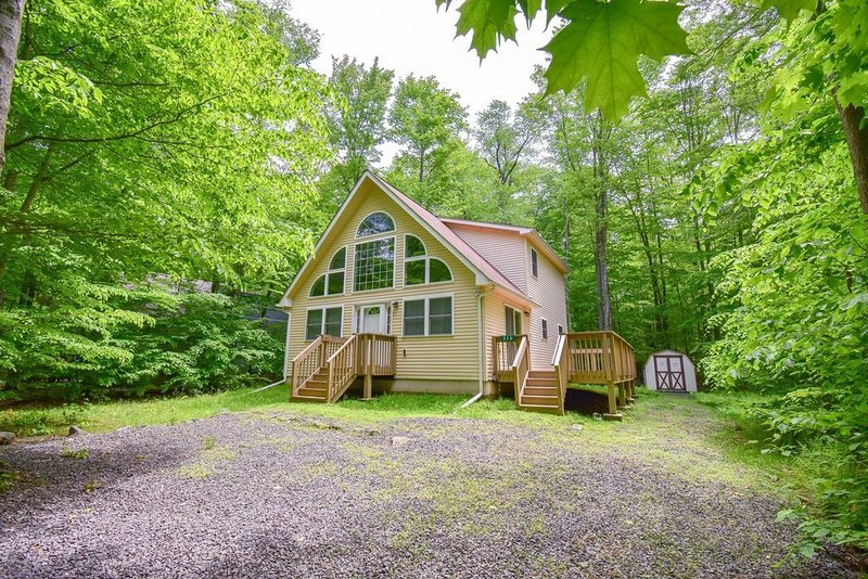 Five star jersey Shore owners now at beautiful Arrowhead Lake in the Poconos, vacation rental in Pocono Lake