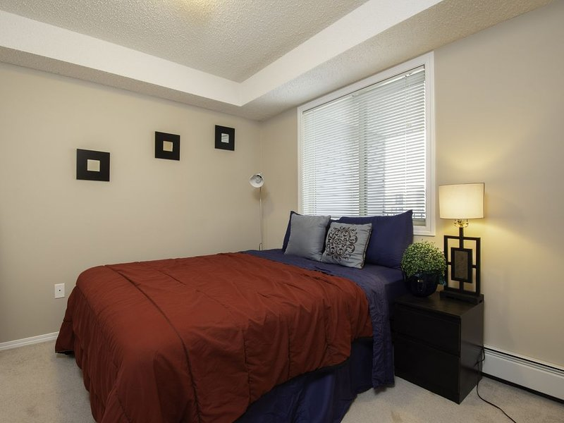 Luxury Centrally Located 2BD Condo in Upscale Area, Ferienwohnung in Edmonton