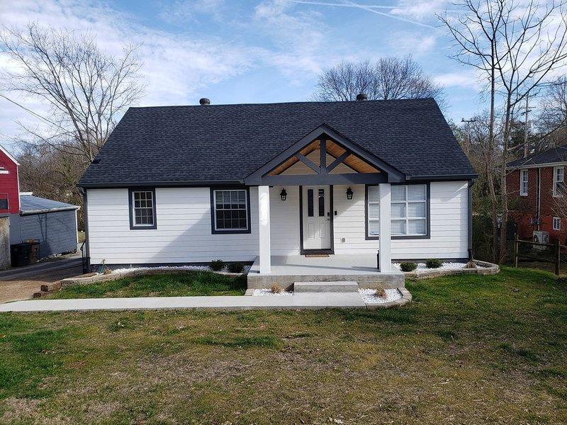 NEW CLEAN 8 BEDS +12 PPL EAST NASHVILLE RETREAT!, Ferienwohnung in Goodlettsville