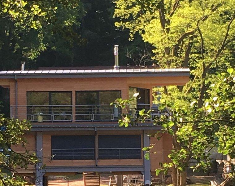 Chalet sur pilotis, cadre insolite, au dessus d'un étang dans un parc privé., casa vacanza a Lichtenberg