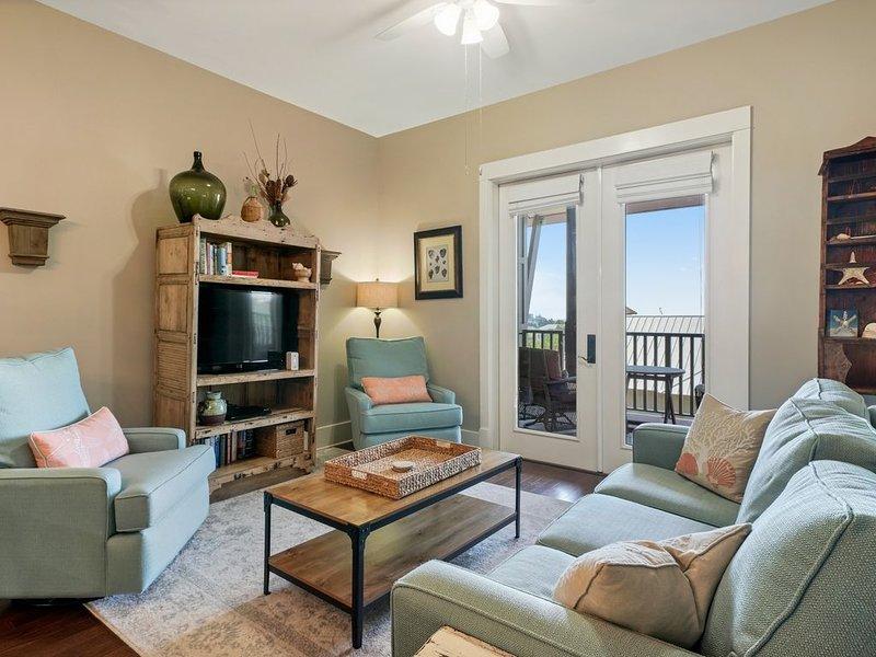 Blue Mountain Beach condo w/ balcony, 2 pools & hot tub - 1 block to beach!, casa vacanza a Blue Mountain Beach