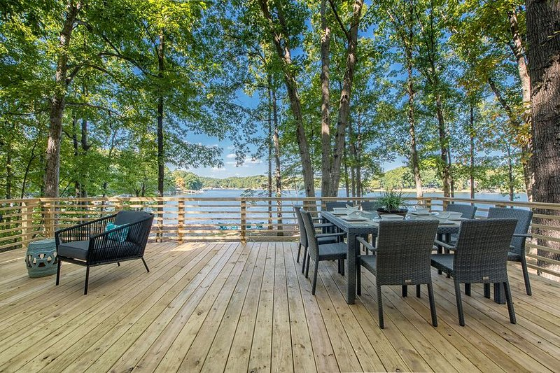 Charming Waterfront Cottage with Boat Rental, vacation rental in Mooresville