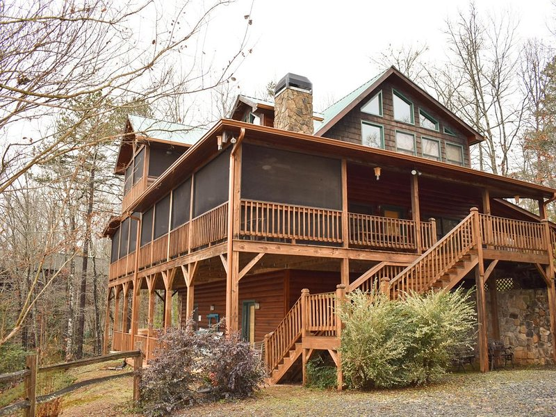 Perfect 3 bed 3 bath mountain view cabin game-room, spa, paved roads, alquiler de vacaciones en Mineral Bluff