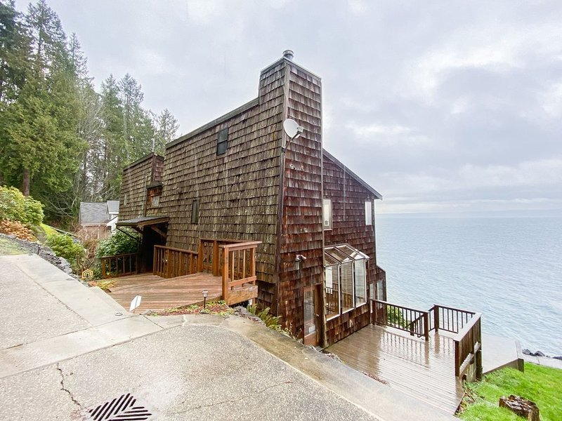 New listing! Waterfront & view home w/ beach access, fireplace & WiFi!, vacation rental in Indianola
